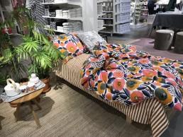 En bäddad säng med Marimekkos nya höstkollektion för påslakan och sängkläder på Åhléns city i Stockholm