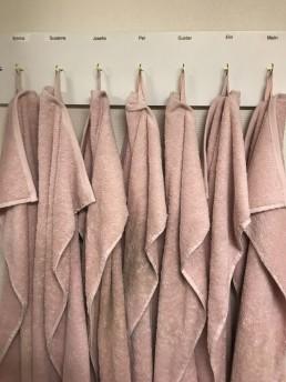 Familjärt med egna handdukar i toaletten