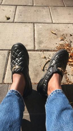 Moschinoskor, höstlöv och Mary Juuselas fötter