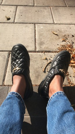 Moschino skor, höstlöv och Mary Juusela