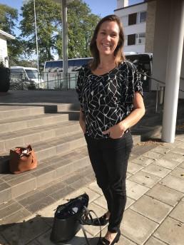Therese Flöjt, Landskapsregeringen, Åland, på trappan till hotell Pommern i Mariehamn.