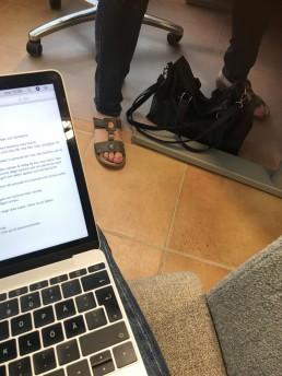 Dator och fötter.